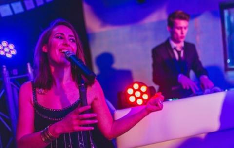 Nieuwsbericht: Waarom een DJ live act boeken voor je bedrijfsfeest?